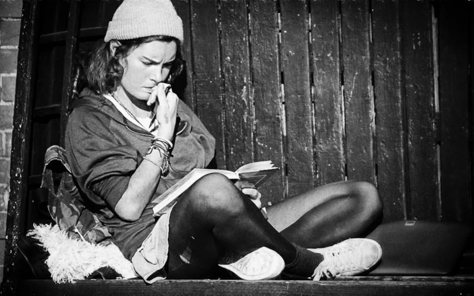 Noor naine lugemas